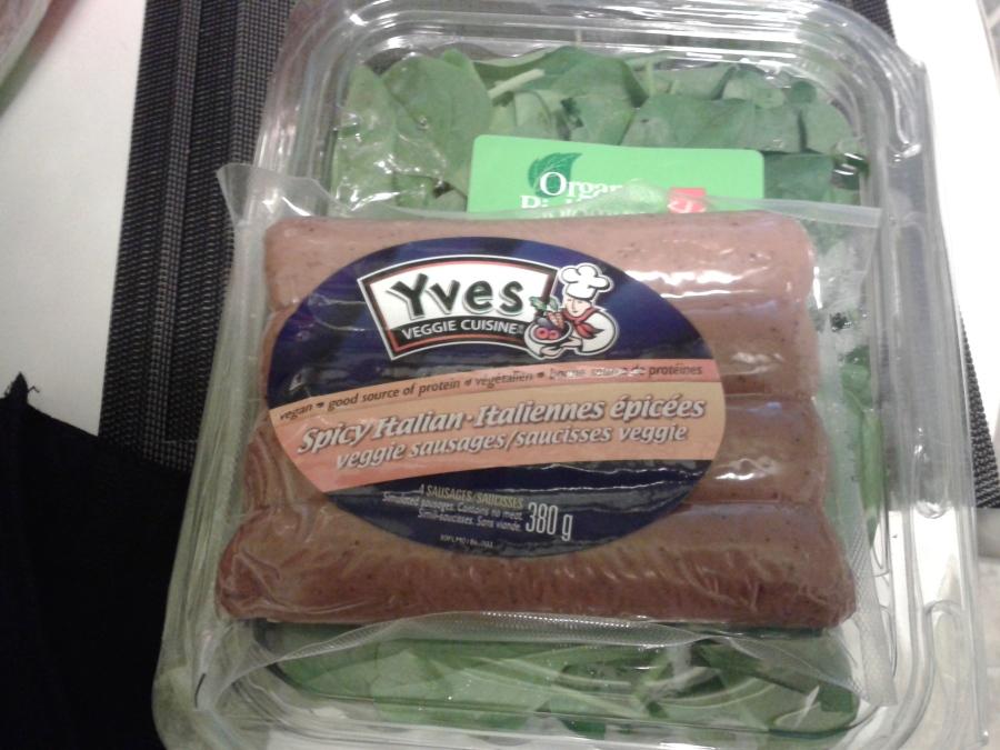 des saucisses végétaliennes (avec des épinards en arrière-plan)!