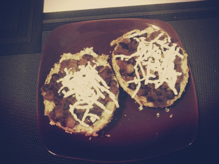 Chili aux légumineuses sur pain, recouvert de Daiya (j'vais bien finir par finir le sac un jour!)