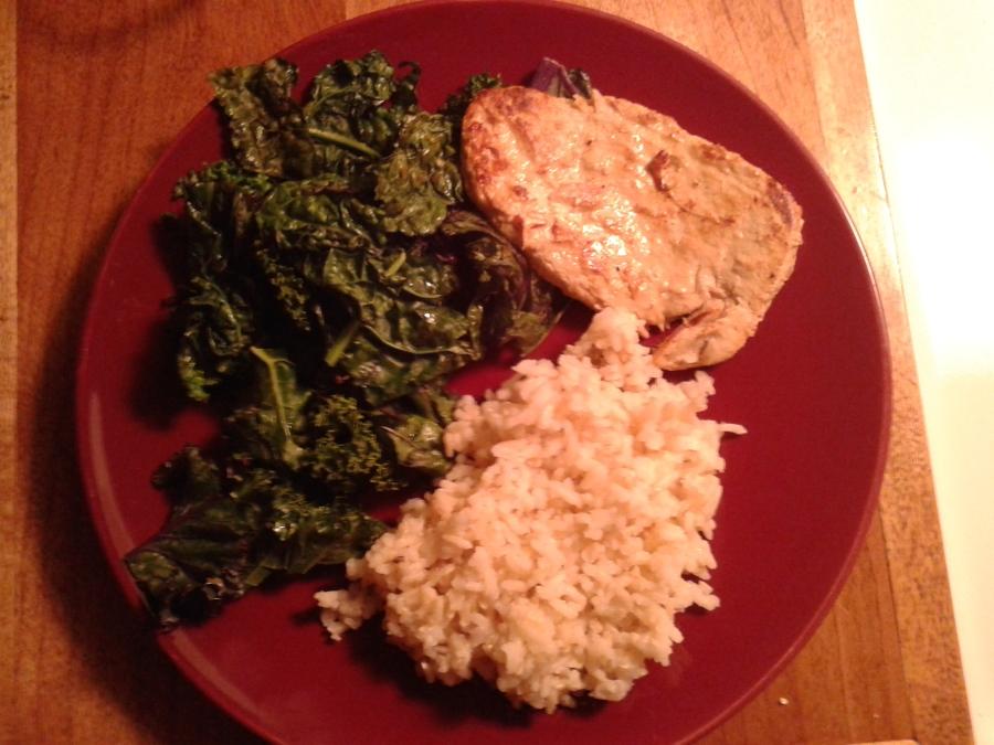 Servi avec du kale sauté et du riz brun basmati acheté en vrac.