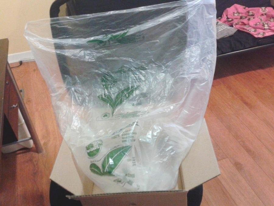 Les items étaient dans ce grand sac en plastique biodégradable, de la même grandeur que ceux que j'utilise pour garder mes matières organiques au congélateur. Je l'ai donc réutilisé à cet effet!