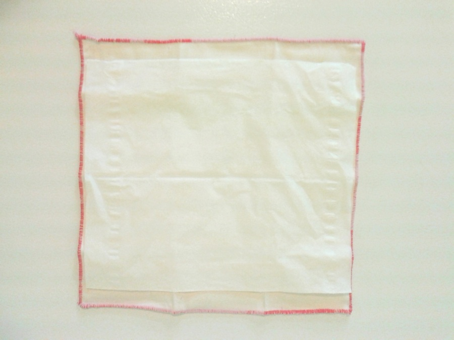 Pour donner une idée de la grandeur, j'ai mis un mouchoir en papier par dessus celui en tissus. Même plus petits que les mouchoirs réguliers d'Öko créations, ils sont tout de même plus grands que les jetables que j'utilisais.