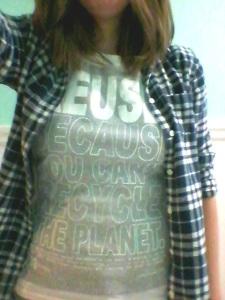 Le slogan de la compagnie fut cousue par-dessous l'ancien design! Porté avec la chemise que j'ai trouvée en friperie.