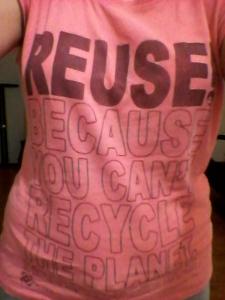 Ici, le slogan fut directement imprimé sur le t-shirt. Comme il est légèrement trop grand, je le porte principalement pour dormir. :)