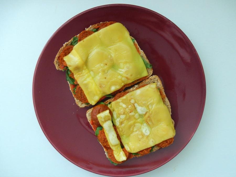 Pain de grains entiers + sauce tomate + basilic séché + levure alimentaire + restant d'épinards + saucisse Española de Gusta + produit vedette. :)